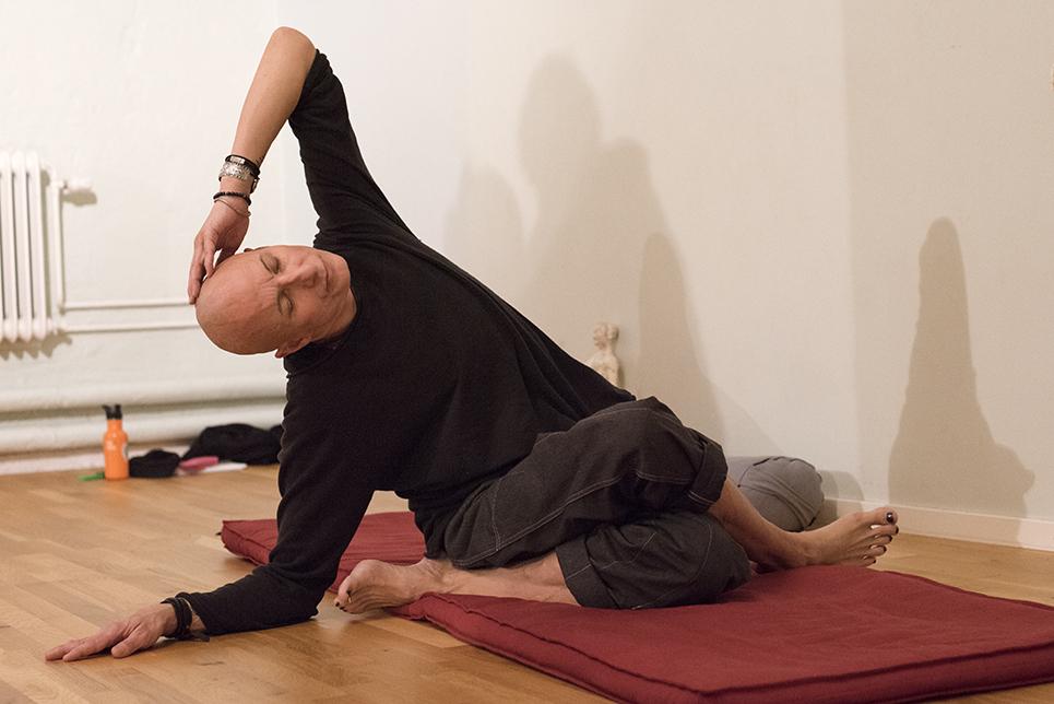 Testa ha armen bakom ryggen eller om det är skönt – armbågen upp och låt  handen vila på huvudet. 72e5f1f6b63b6