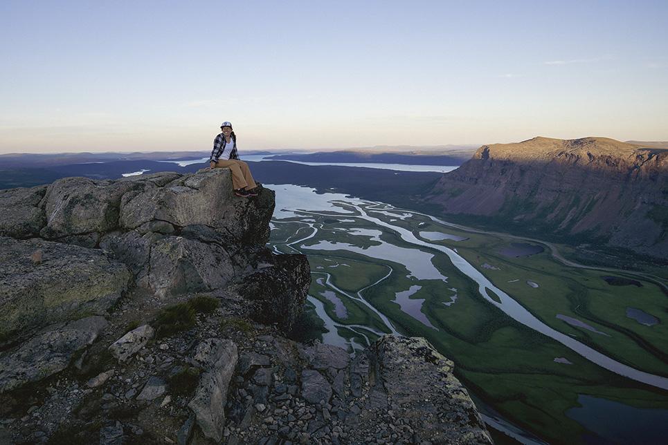 Sitter på Skierfe med utsikt över Rapadalen, Sarek.